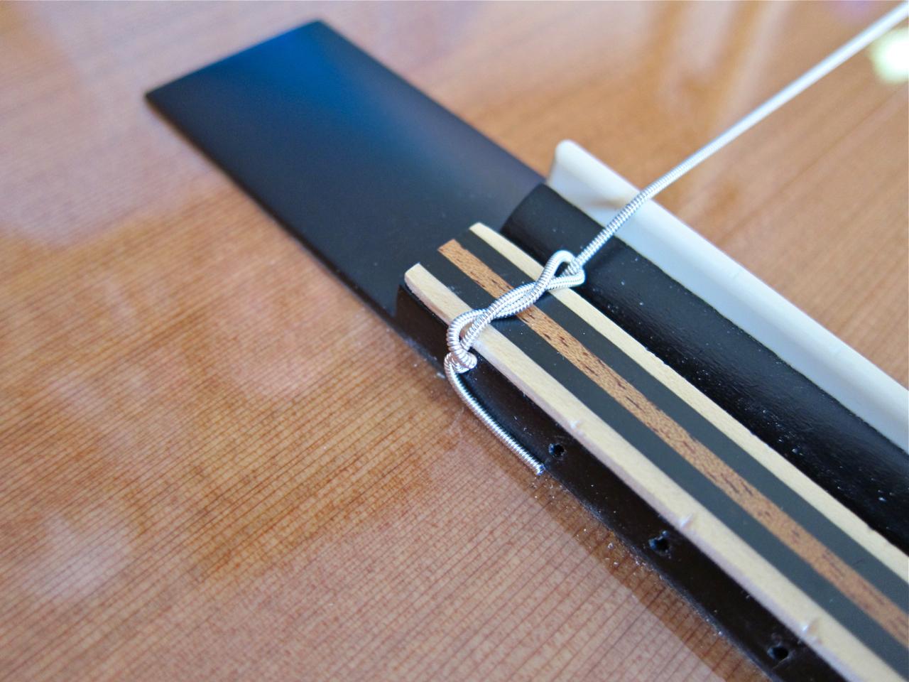 Kielten vaihto nailonkieliseen kitaraan - kielen solmu