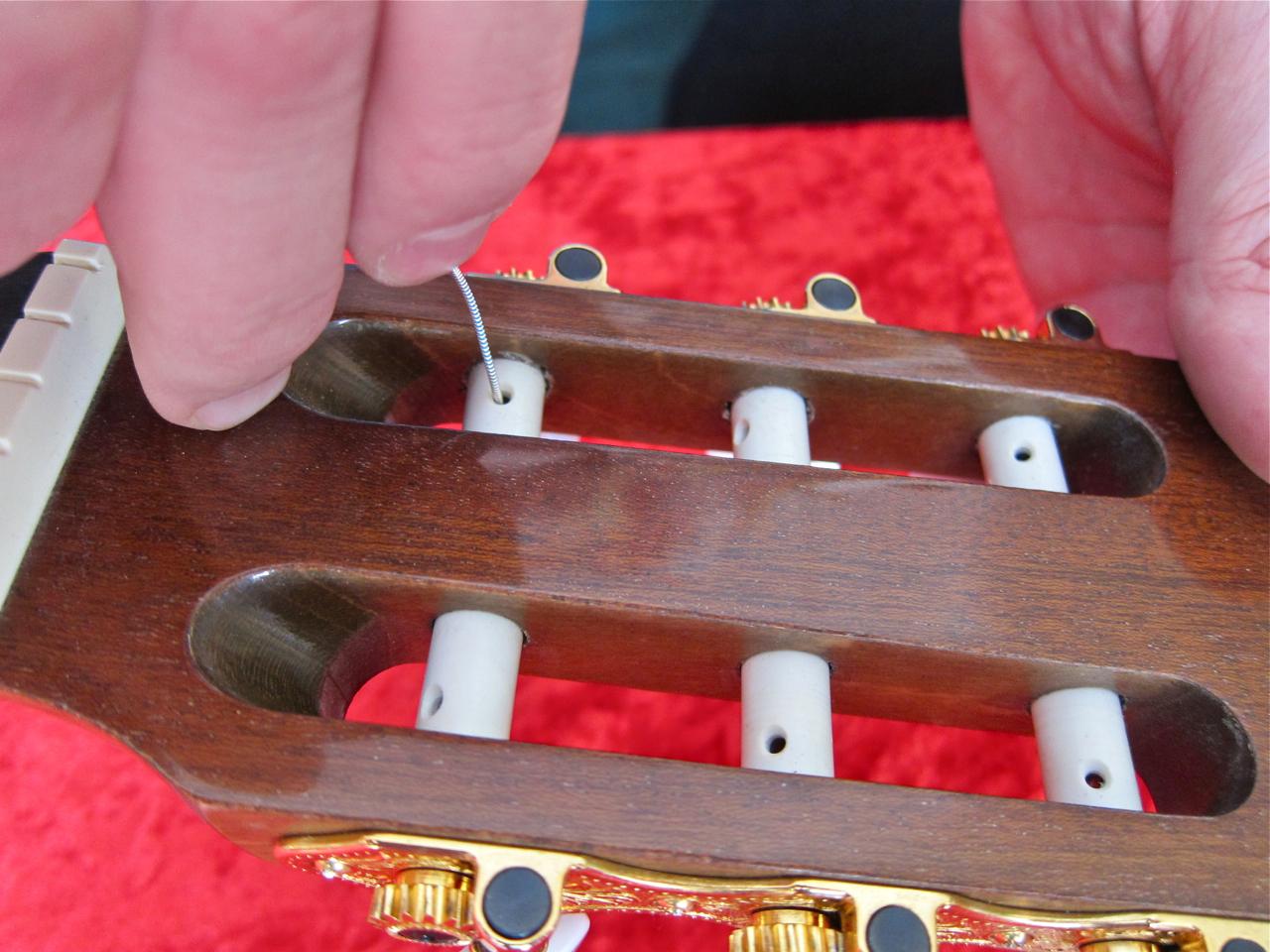 Kielten vaihto nailonkieliseen kitaraan - kielen pujotus