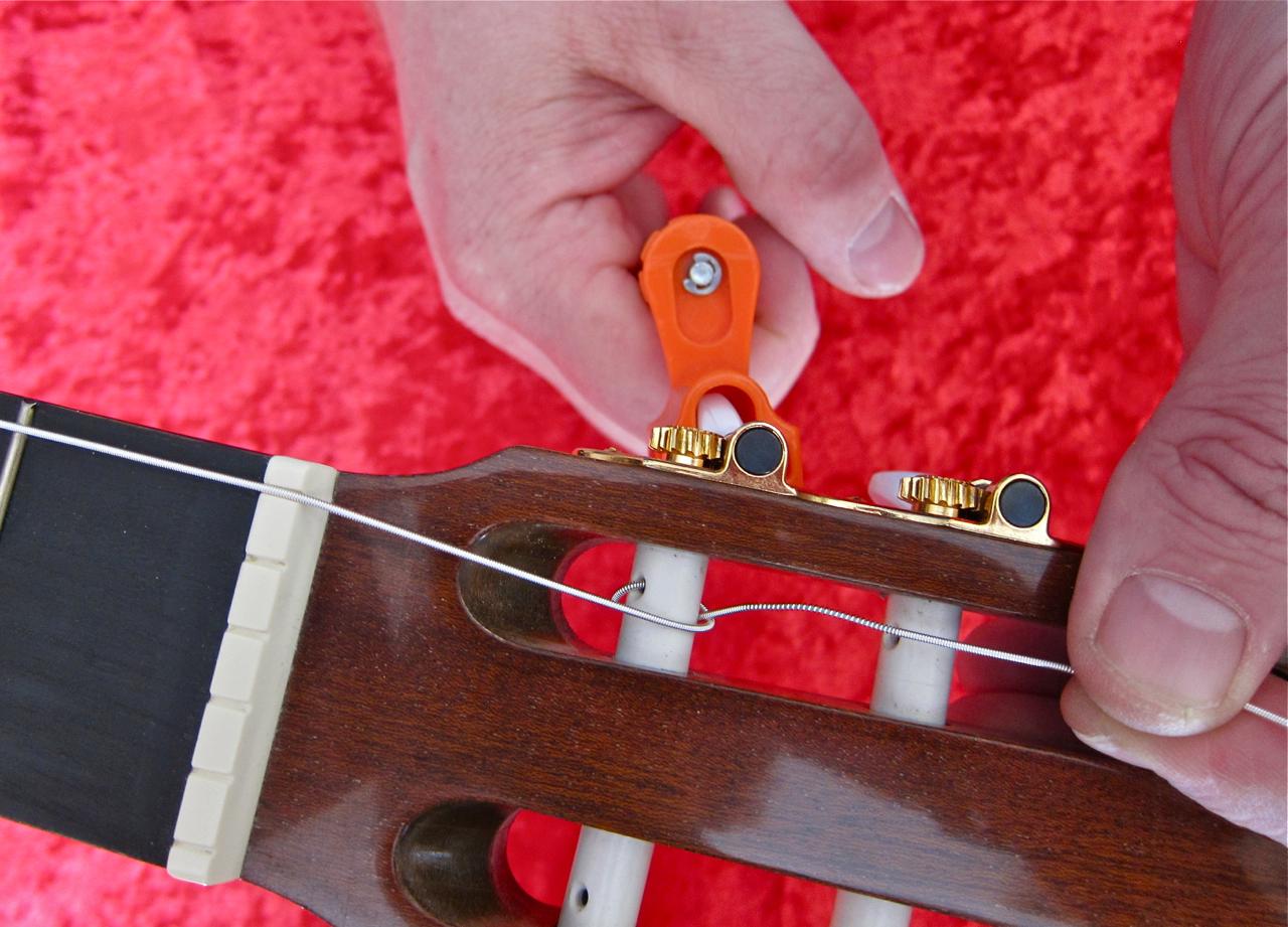 Kielten kiristys nailonkieliseen kitaraan