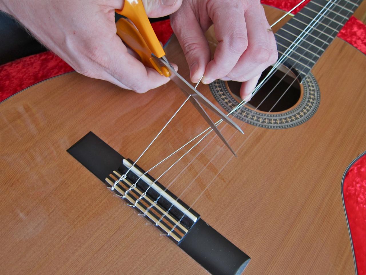 Kielten vaihto nailonkieliseen kitaraan - vanhojen kielten poisto