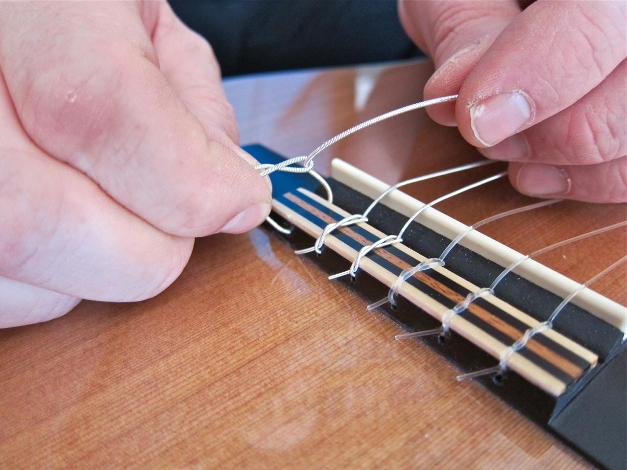 Kielten vaihto nailonkieliseen kitaraan - vanhan kielen poisto