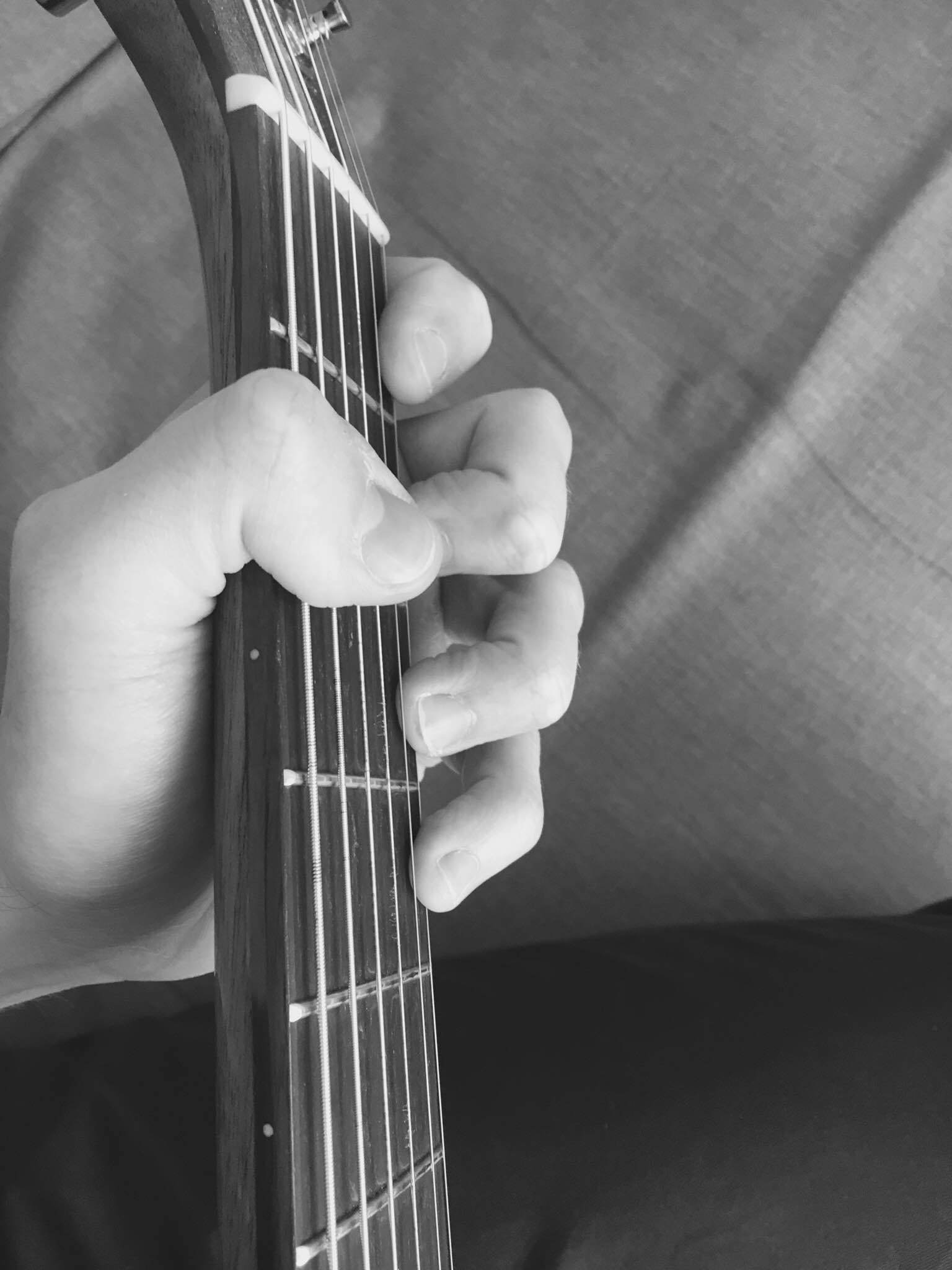 Wrong-thumb-on-guitar.-Fingers-with-no-stretch-on-fingerboard.-Improve-your-technique-on-guitar.